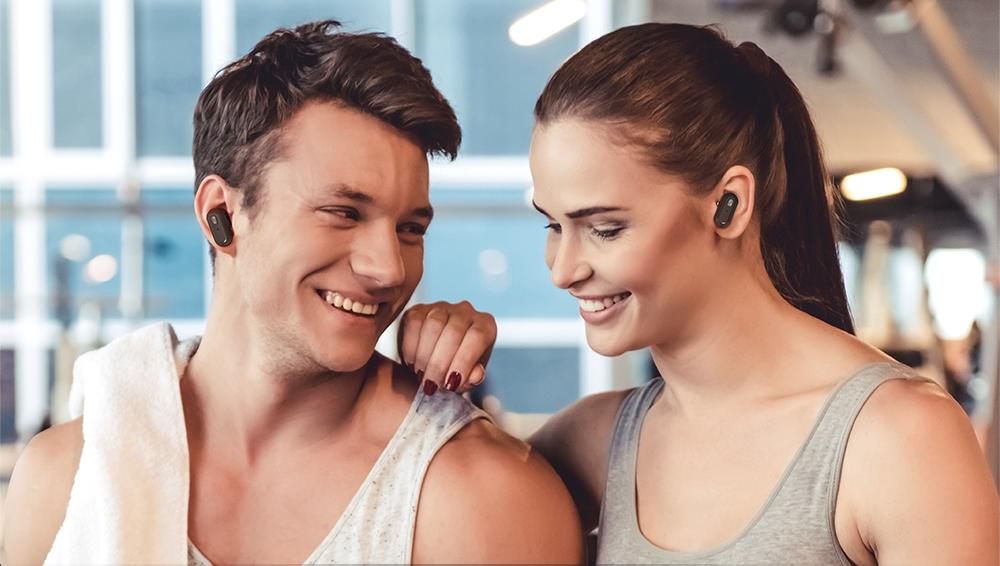 Vezeték nélküli fülhallgatóval zenehallgatás közösen.